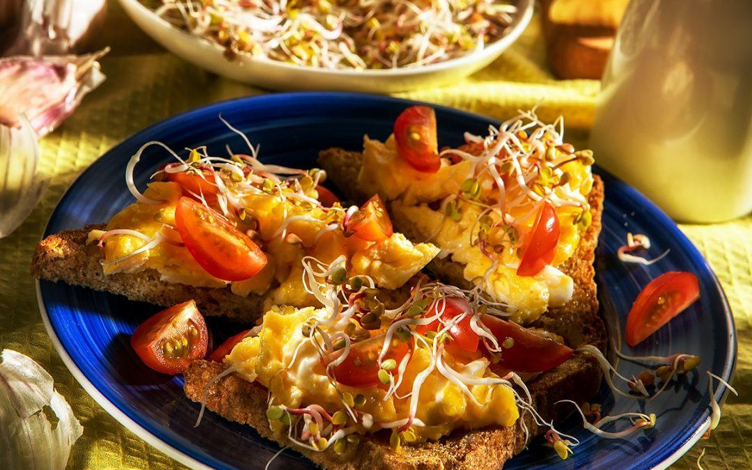 Tosty zjajecznicą, pomidorkami cherry oraz kiełkami rzodkiewki