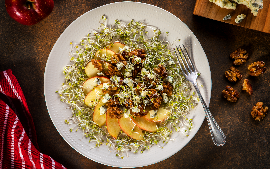 Sałatka zjabłkiem, orzechami włoskimi ikiełkami brokułu