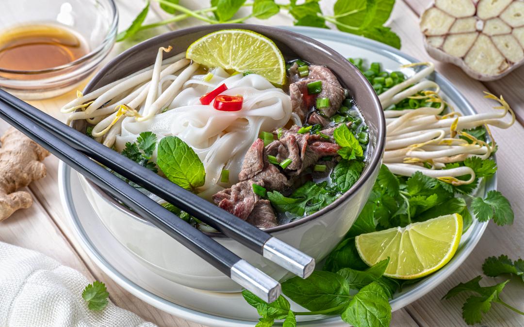 Wietnamska Zupa Pho zkiełkami