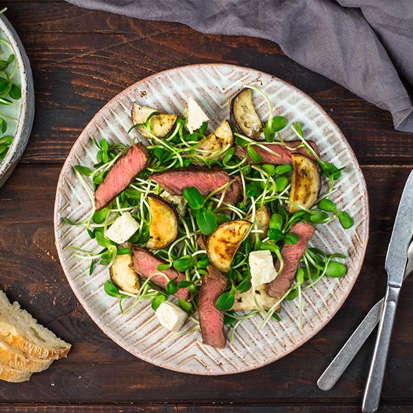 Zielona sałatka ze stekiem, bakłażanem, kiełkami słonecznika iserem feta
